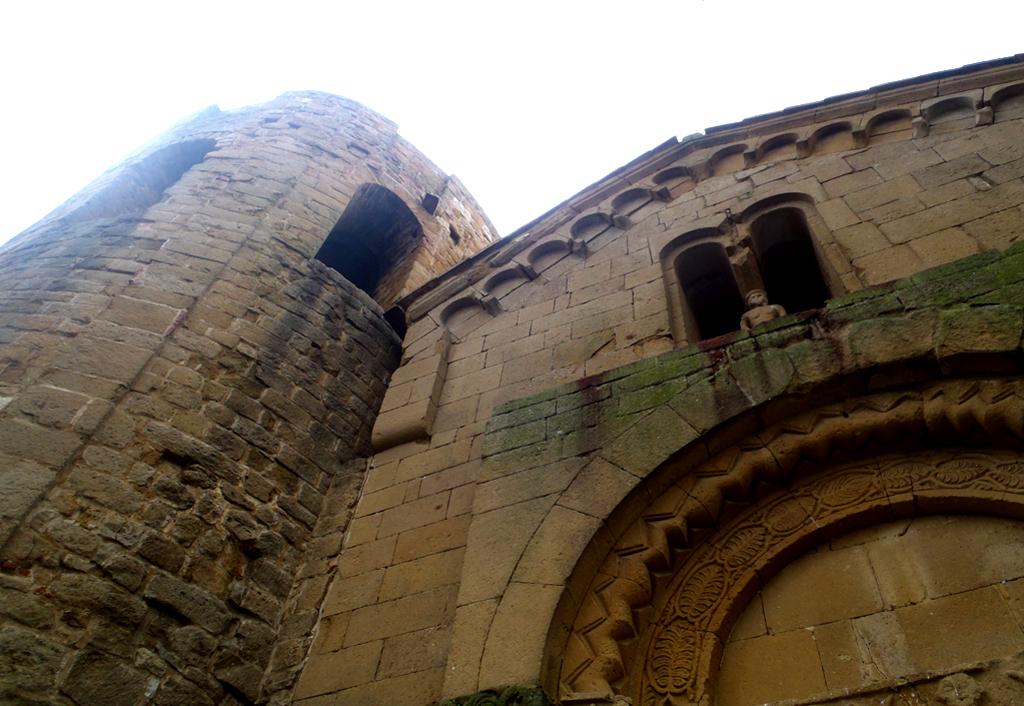 Foto: Pieve di Corsignano, particolare dell'attacco tra la facciata e il preesistente campanile
