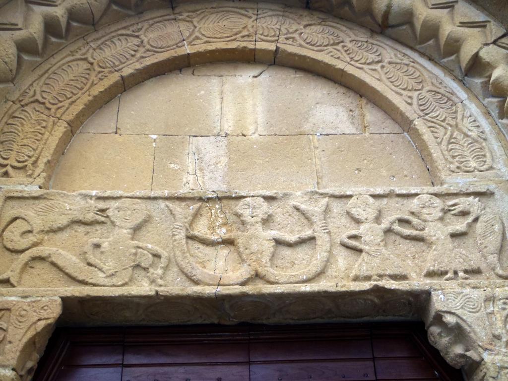 Foto: Pieve di Corsignano, particolare dell'architrave del portale principale