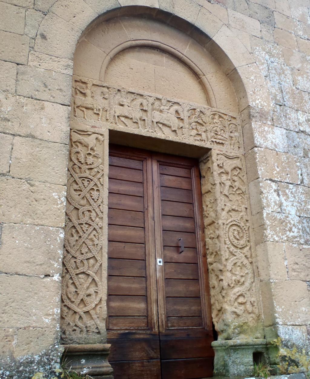 Foto: Pieve di Corsignano, il portale laterale