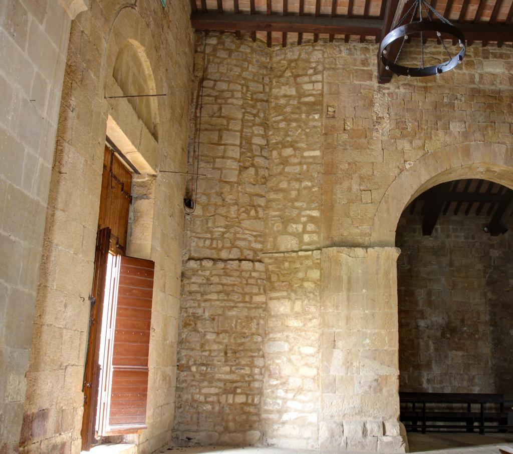 Foto: Pieve di Corsignano, attacco tra il campanile, la facciata e l'arco di divisione interna verso nord