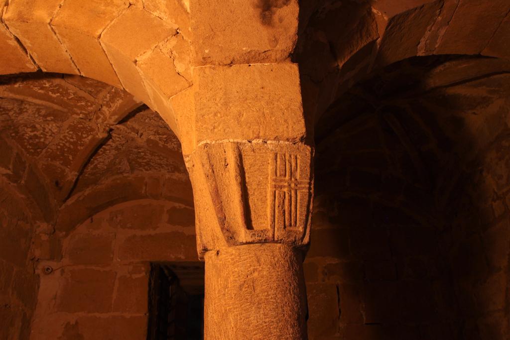 Foto: Pieve di Corsignano, la cripta, particolare del capitello sorretto dalla colonna centrale