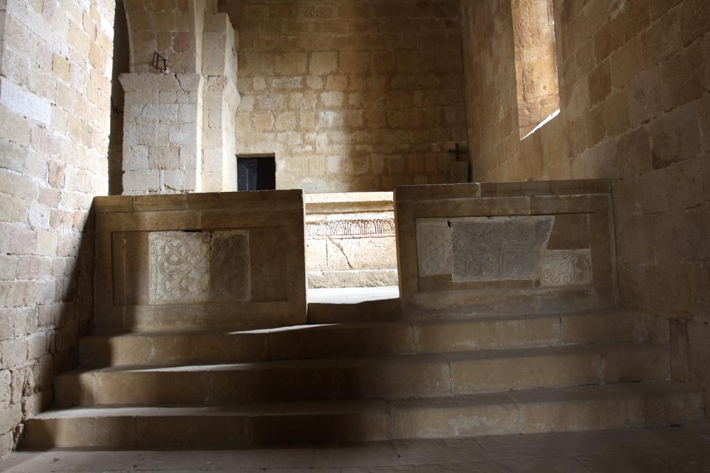Foto: Pieve di Corsignano, lato sud, transenna divisoria con inserzioni di elementi scultorei altomedievali