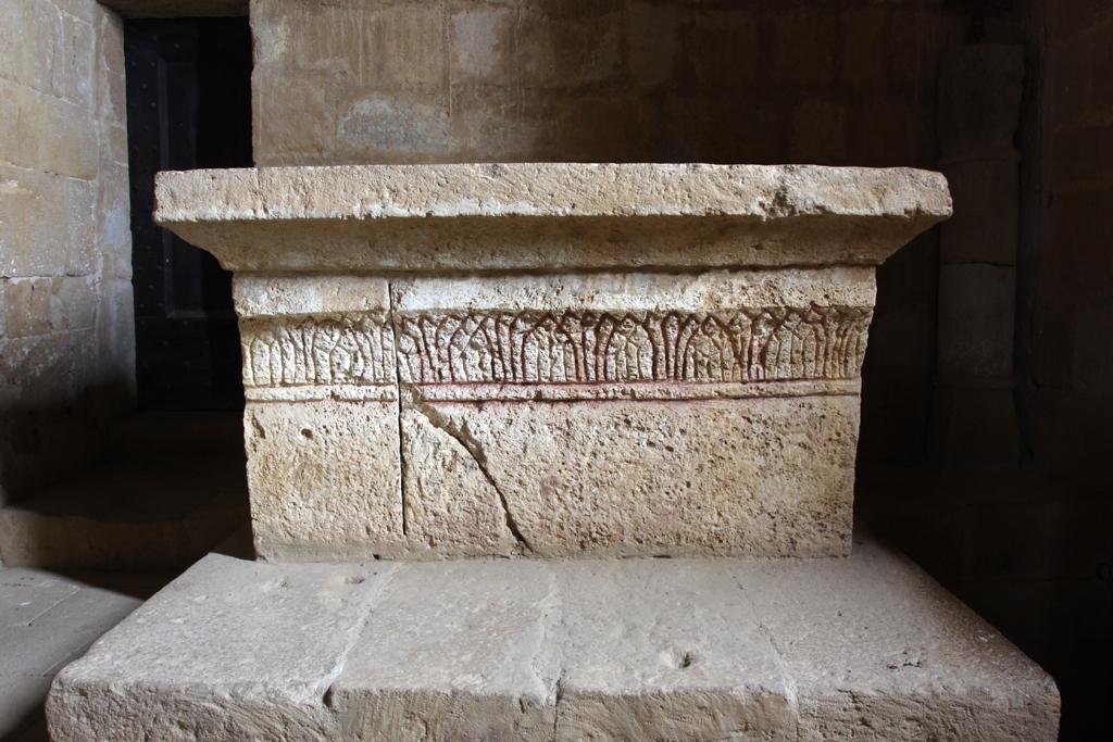 Foto: Pieve di Corsignano, lato sud, altare altomedievale