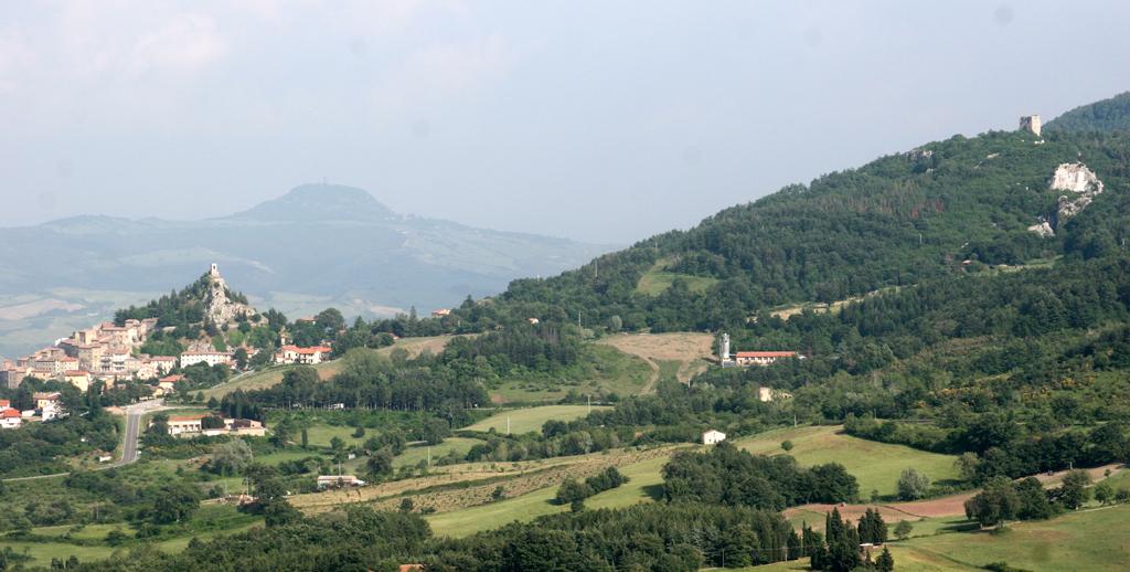 Foto: Campigliola, foto del profilo del versante con Campiglia in basso e Campigliola più in alto